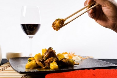 image plat chinois verre vin rouge